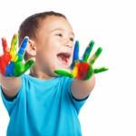 petit-garcon-avec-les-mains-pleines-de-peinture-et-avec-la-bouche-ouverte_1187-2877